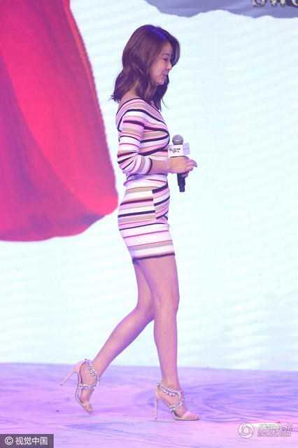 Lâm Tâm Như diện váy ngắn bó sát quyến rũ dự sự kiện