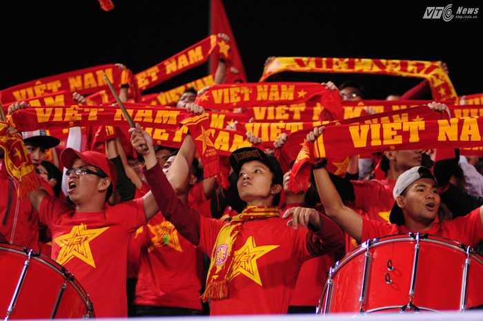 CĐV Việt Nam cuồng nhiệt trên các khán đài - Ảnh: Tùng Đinh