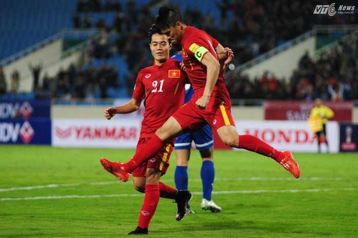 Công Vinh phấn khích sau bàn thắng quân bình tỷ số 1-1 cho đội tuyển Việt Nam - Ảnh: Tùng Đinh