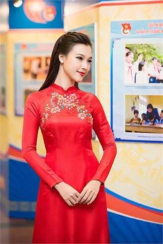 Trong chương trình, Á hậu Hoàng Oanh diện áo dài đỏ khoe nhan sắc rực rỡ, duyên dáng.