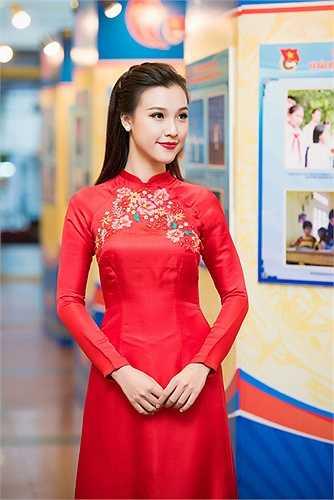 Hoàng Oanh cũng gây ấn tượng với lối dẫn dắt trang trọng nhưng vẫn đầy sự tươi trẻ.