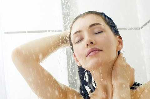 Tắm nước nóng dưới vòi hoa sen là một cách giúp bạn thư giãn trước khi xung trận cùng chàng
