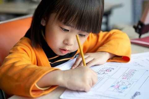 Bố mẹ nên khuyến khích bé tự học và đọc sách nhiều để kích thích trẻ phát triển