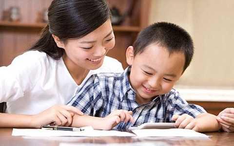 Các bậc cha mẹ chỉ nên hỗ trợ con làm bài chứ không nên làm bài thay con