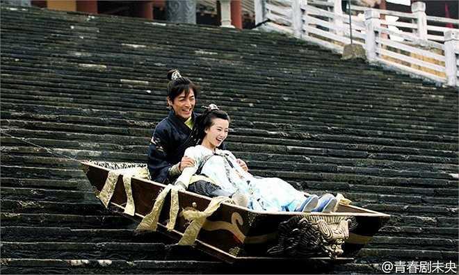 Hồ Ca và Lưu Thi Thi trong một cảnh ngồi thuyền lao xuống bậc cầu thang. Các nhà làm phim đã huy động hệ thống dây kéo và sau đó được làm mờ hình ảnh để tạo hiệu ứng thẩm mỹ khi phát sóng.