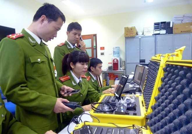 Cảnh sát công nghệ cao sử dụng thiết bị chuyên dụng để điều tra vụ việc phạm pháp. Ảnh: Tùng Lâm.