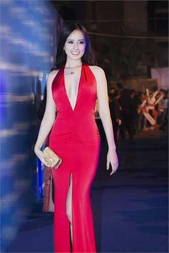 Chiều cao lý tưởng, đường cong hoàn hảo khiến nàng hoa hậu dễ dàng mặc đẹp. Dù diện những mẫu váy ngắn trên gối hay thướt tha với váy đuôi cá thì cô đều khiến người đối diện bị mê hoặc.  (Nguồn: Ngôi sao)