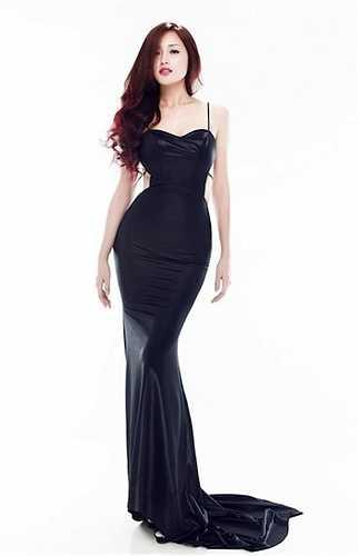 Những kiểu váy khoét eo đánh lừa thị giác càng khiến đường cong thêm hoàn hảo và nổi bật.