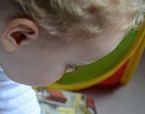 Bức ảnh màu hình khuôn mặt một đứa trẻ.