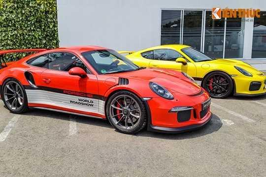 Chiều 26/3, trong buổi trải nghiệm lái các dòng xe Porsche dành cho khách hàng diễn ra tại một địa điểm ở quận 7, TP HCM, chiếc Porsche Cayman GTS do một khách hàng cầm lái đã va chạm với chiếc xe chở nước.