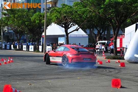 Xe thể thao Porsche Cayman GTS là phiên bản mạnh mẽ với động cơ đặt giữa, 6 xi-lanh đối đỉnh, dung tích 3,4 lít, công suất 340 mã lực, hộp số tay 6 cấp. Khả năng tăng tốc từ 0 – 100 km/giờ trong vòng 4,9 giây trước khi đạt tốc độ tối đa 285 km/h. Giá bán tiêu chuẩn là 4,76 tỷ đồng.