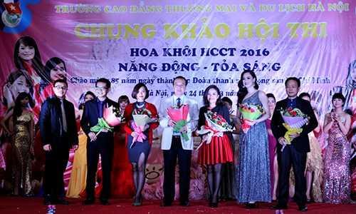 Ban tổ chức trao hoa cho các thành viên trong ban giám khảo, gồm các thầy cô giáo và nghệ sỹ như:  NSND Trung Hiếu, Top 10 HHVN năm 2008 người mẫu Hồng Nhung...