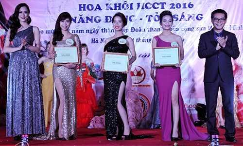 NSND Trung Hiếu và Top 10 HHVN năm 2008 người mẫu Hồng Nhung - giám khảo cuộc thi trao giải thưởng cho các thí sinh