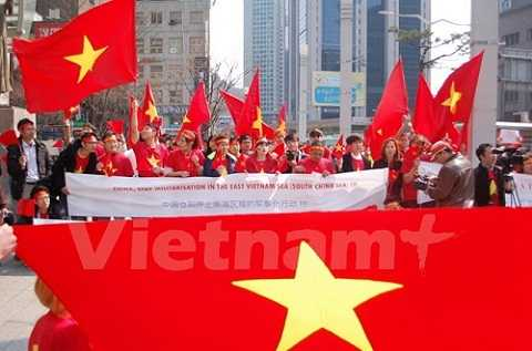 Quang cảnh cuộc biểu tình gần Đại sứ quán Trung Quốc ở thủ đô Seoul. Ảnh: Vietnam+