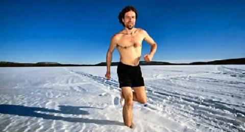 Anh đã từng leo lên đỉnh núi Mont-Blanc chỉ với một chiếc quần đùi trên người trong mùa băng tuyết bao phủ và phá mọi kỷ lục trước đó về sức chịu đựng cái lạnh.