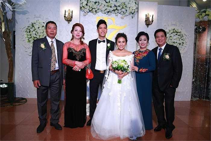 Tối qua (26/3) tại Hà Nội, nữ ca sỹ Nhật Thu cùng chồng đã tổ chức đám cưới linh đình.
