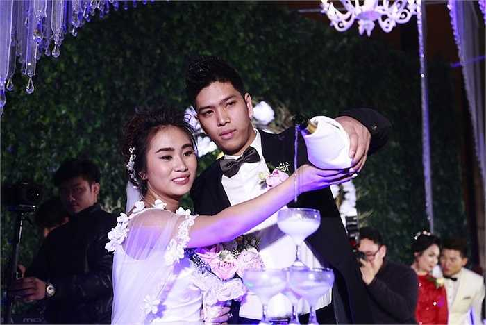 Trong không gian của lễ cưới, Nhật Thu đã sánh vai cùng chồng, hát ca khúc Điều giản dị, một sáng tác của Phú Quang, người có nhiều gắn bó trong sự nghiệp của Nhật Thu trong sự nghẹn ngào.