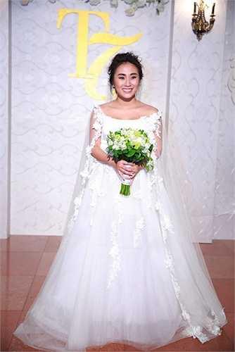 Đám cưới của nữ ca sĩ được tổ chức ấm cúng, sang trọng tại một khách sạn tại trung tâm thủ đô với sự tham gia của nhiều bạn bè nghệ sỹ.