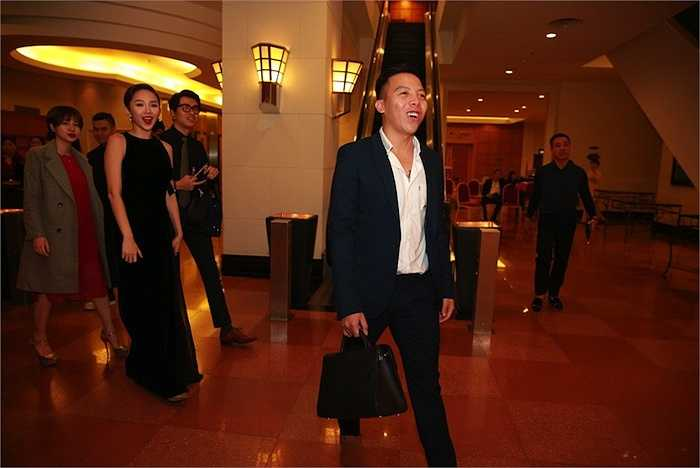 Hoàng Touliver là người bạn thân của Nhật Thu cũng đến dự. Đi cùng là Tóc Tiên.