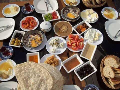 Ăn sáng đầy đủ với nhiều món chất phong phú.