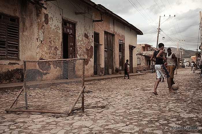 Những trận bóng trên con phố cổ ở Site Trinidad, di sản văn hóa thế giới của Cuba.