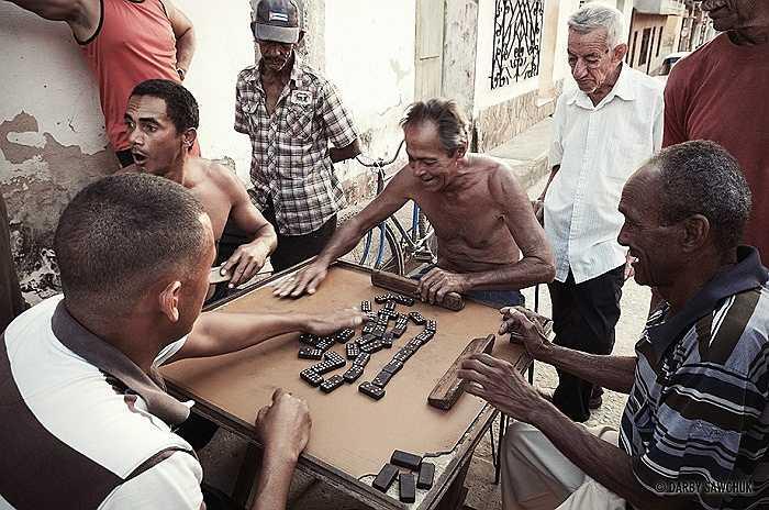 Ngoài bóng đá, chơi bóng chày, bóng rổ hay cờ domino cũng là thú vui giải trí bình dị của người dân Cuba