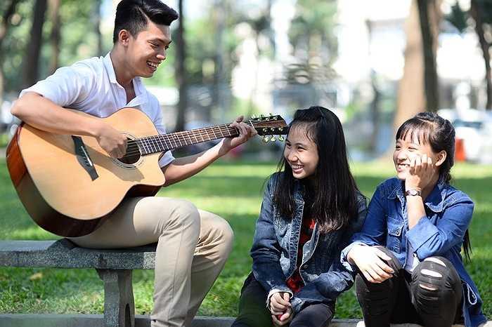 Dùng giọng ca, tiếng đàn cũng là cách trao tặng nụ cười tươi tắn, rạng rỡ, cho các bạn nữ