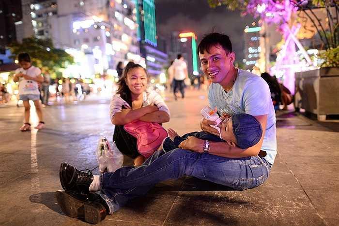 Khoảnh khắc chồng chăm con để vợ có thời gian thư giãn là khoảnh khắc hạnh phúc của người mẹ được nhân đôi.