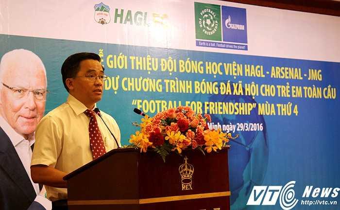 Trưởng đoàn CLB HAGL - ông Nguyễn Tấn Anh cũng mong ước rằng: 'Tôi khát khao những em nhỏ thi đấu tại mini World Cup này, 10 năm nữa sẽ tranh tài tại World Cup thực sự' (ảnh: Hoàng Tùng)