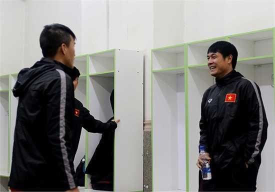 Chính vì vậy, nhằm tiết kiệm thời gian, HLV Nguyễn Hữu Thắng đã cho các cầu thủ thực hiện phần khởi động ngoài đường piste để đến đúng giờ được vào sân sẽ triển khai luôn giáo án chính.