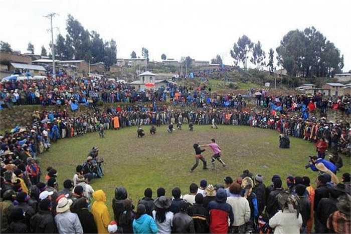 Ở thị trấn Santo Tomas, tỉnh Chumbivilcas, thuộc Peru, vùng đất có độ cao tới 3.600m so với mặt nước biển, có một lễ hội khá kỳ cục, có tên Takanakuy, đó là đánh nhau loạn xị ngậu.