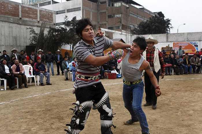 """Takanakuy, tiếng địa phương Peru là """"dòng máu nóng"""", hay """"dòng máu sôi"""", thể hiện rõ sự bạo lực."""