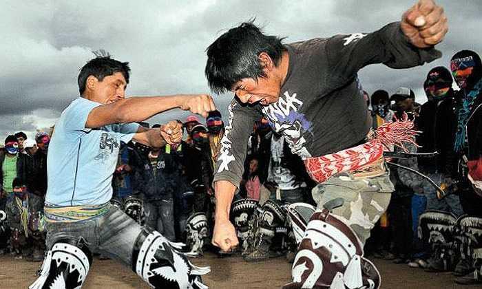 Điều thú vị nhất, thể hiện tinh thần của Takanakuy, đó là khi cuộc đấm đá chấm dứt, hai bên bắt tay, ôm nhau và giảng hòa.