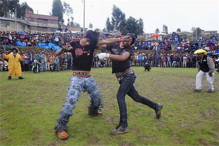 Tuy nhiên, kịch tính nhất của lễ hội là màn đánh nhau quyết liệt.