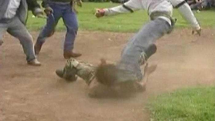Sàn đấu thường là các sân cỏ, bãi cát rộng rãi của địa phương. Mọi người sẽ quây quần quanh sân để xem màn đánh lộn.