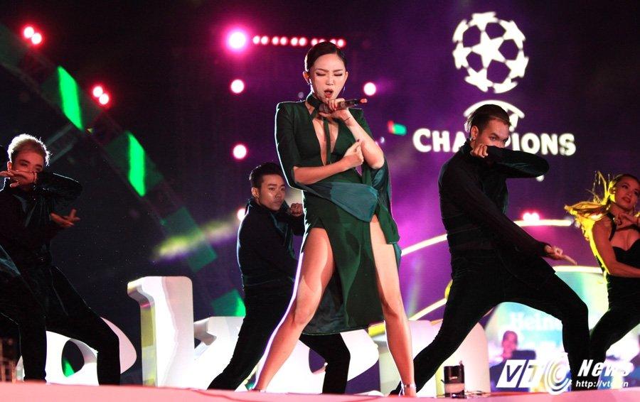 Hinh anh Co Cong Vinh don dua, Thuy Tien lam lu mo ca Ronaldinho 13