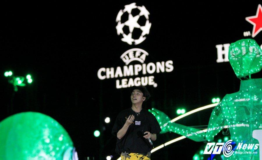 Hinh anh Co Cong Vinh don dua, Thuy Tien lam lu mo ca Ronaldinho 20