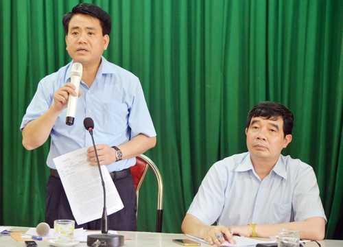 Ông Nguyễn Đức Chung (trái) đã có nhiều giải đáp giải tỏa bức xúc của người dân.