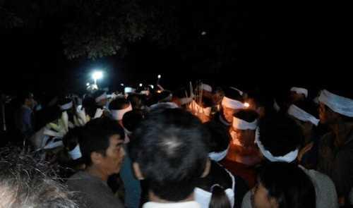 Các nạn nhân được mai táng ngay trong đêm 2/6. Ảnh: CTV.