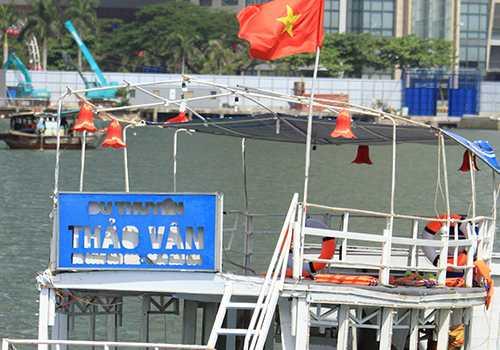 Tàu Thảo Vân 2 đã chở gấp đôi số người quy định, kê ghế nhựa cho khách ngồi trên sàn tàu. Ảnh: Nguyễn Đông.