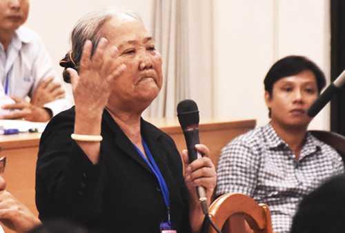 Người dân trình bày bức xúc với lãnh đạo TP HCM. Ảnh: Ngọc Hậu