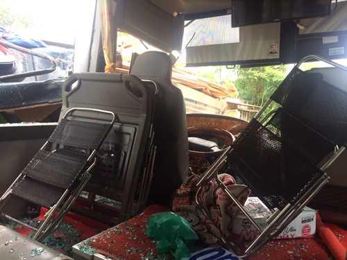 Các hành khách bị thương đa số ngồi ở hàng ghế đầu xe khách. Ảnh: Nguyệt Triều