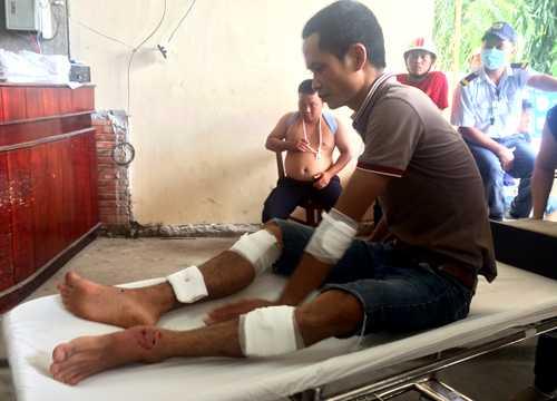 Gần chục người bị thương được đưa đi cấp cứu. Ảnh: Nguyệt Triều