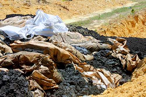 Chất thải bùn đen của Formosa được Công ty Môi trường đô thị thị xã Kỳ Anhtự ý chôn lấp được phát hiện chiều 11/7. Ảnh: Đ.H