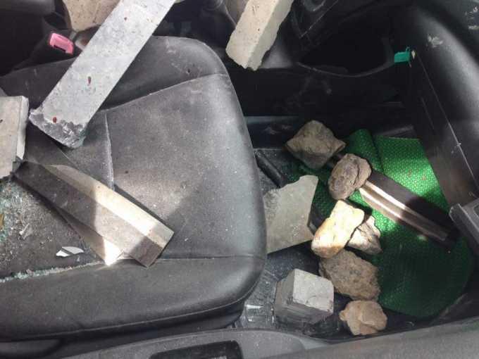 Trong xe taxi có rất nhiều dao do 2 nam thanh niên này mang theo.Ảnh Facebook Tùng Lâm.