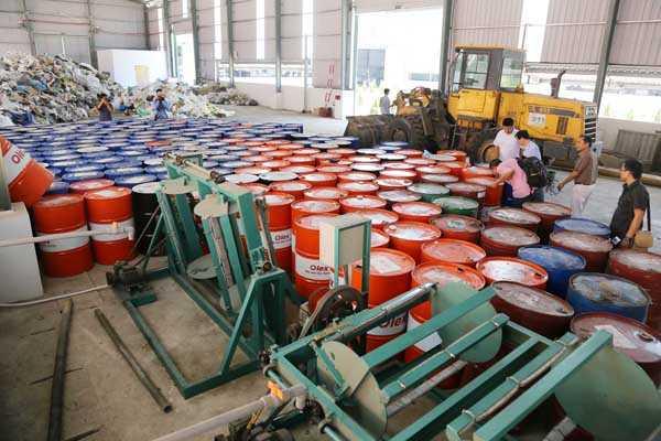 Dây chuyền súc rửa, xử lý hóa chất bám dính trên vỏ thùng phuy tại khu xử lý chất thải nguy hại của Nhà máy xử lý chất thải Trạm Thản