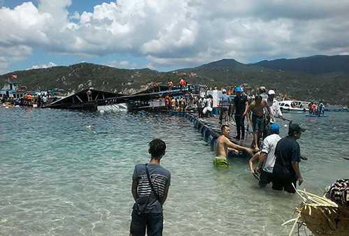 Nhà hàng nổi bị sập khiến hàng trăm du khách rơi xuống biển cách bờ vài chục mét. Ảnh: Châu Trần