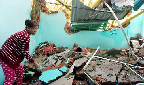 Tường nhà vùi lấp nhiều đồ đạc trong nhà chị Lộc. Ảnh: Nguyệt Triều