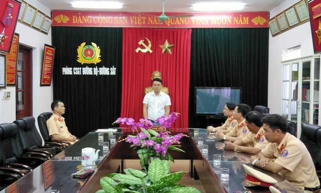 Sáng nay (ngày 1/8), bác sĩ Cường, chủ nhân bọc tiền 21 triệu đồng đã được CSGT Thanh Hóa trao trả số tiền đánh rơi