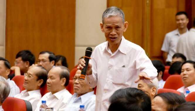 Cử tri Nguyễn Trọng Lộ xúc động khi Thủ tướng đề nghị nghe thêm ý kiến của bà con cử tri - Ảnh: L.K